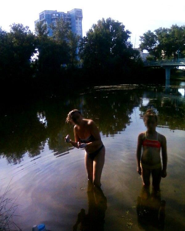 Девушки моются в речке