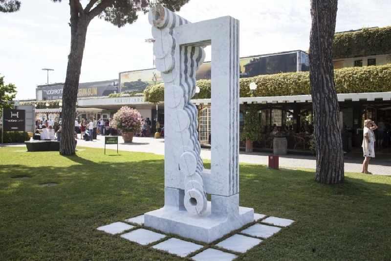 скульптуры в аэропорту Пизы